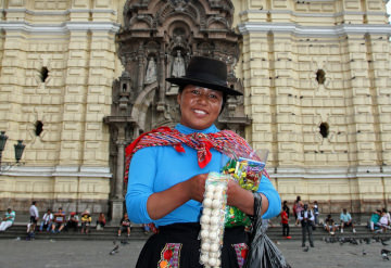 femme en habit traditionnel à Lima Pérou